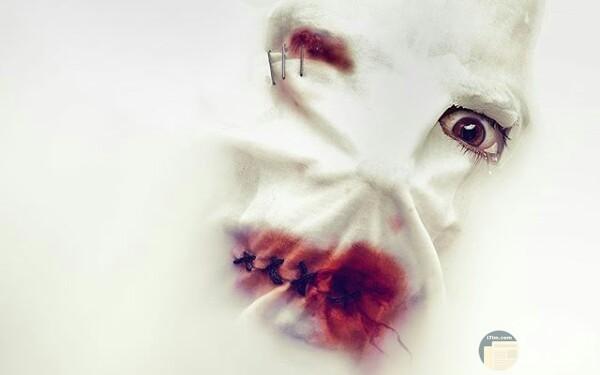 صورة مخيفة لشخص يرتدي قناع أبيض وفمه مخيط وبه دماء وعينه اليمني مصابة