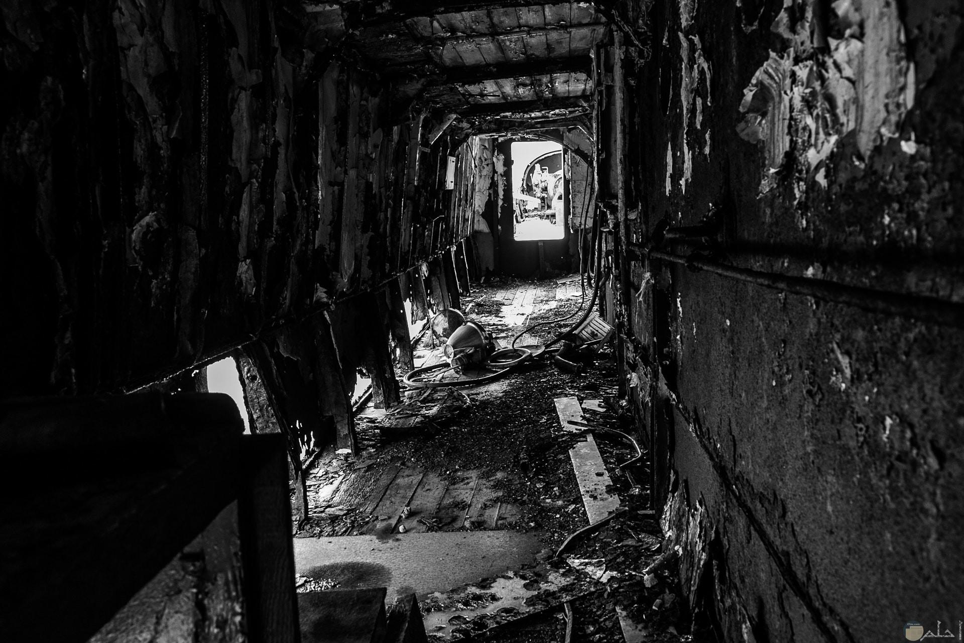 صورة مرعبة لمكان محطم ومهجور باللون الأبيض والأسود