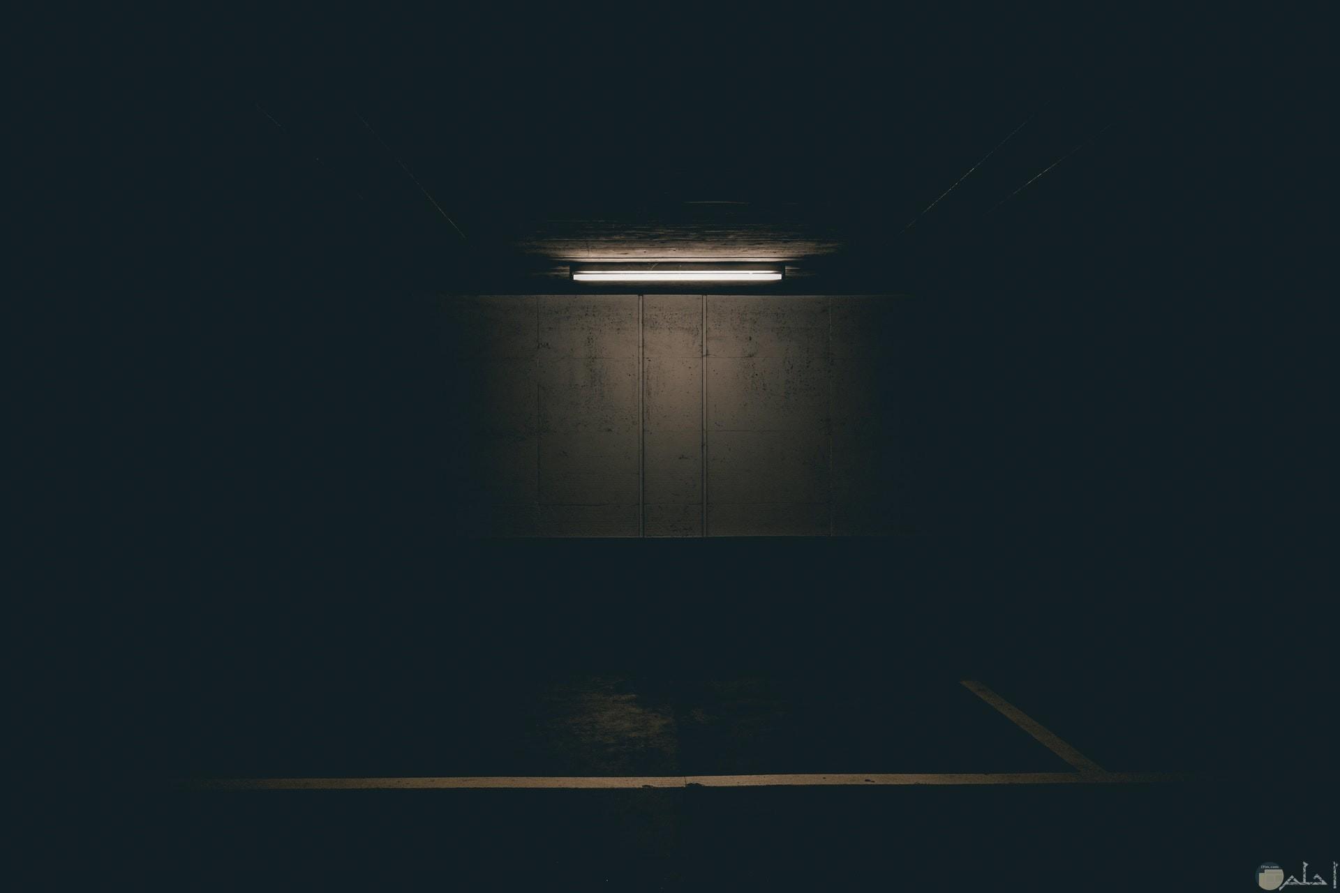 صورة مرعبة لمكان مهجور مع إضاءة خافتة مخيفة