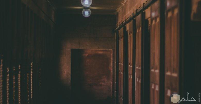 صورة مرعبة لمكان مهجور مع مصابيح بالسقف بإضاءة ضعيفة