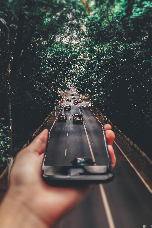 صورة مميزة جدا معدل عليها لشارع يبدأ من شاشة هاتفك لنهاية الطريق تمشي عليه السيارات