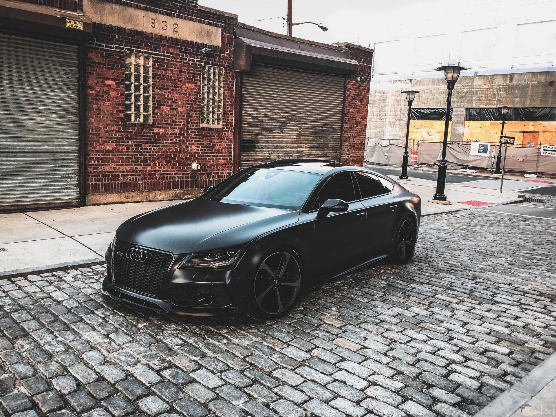 صورة مميزة لسيارة أودي فخمة باللون الأسود مركونة في الطريق