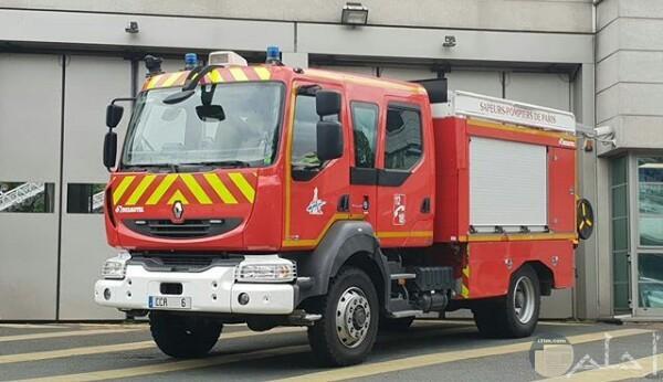 صورة مميزة لسيارة إطفاء جميلة وخلفها مبني