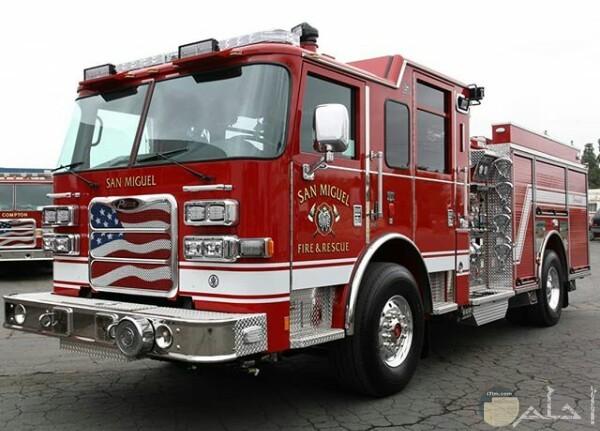 صورة مميزة لسيارة إطفاء وفي مقدمتها علم أمريكا