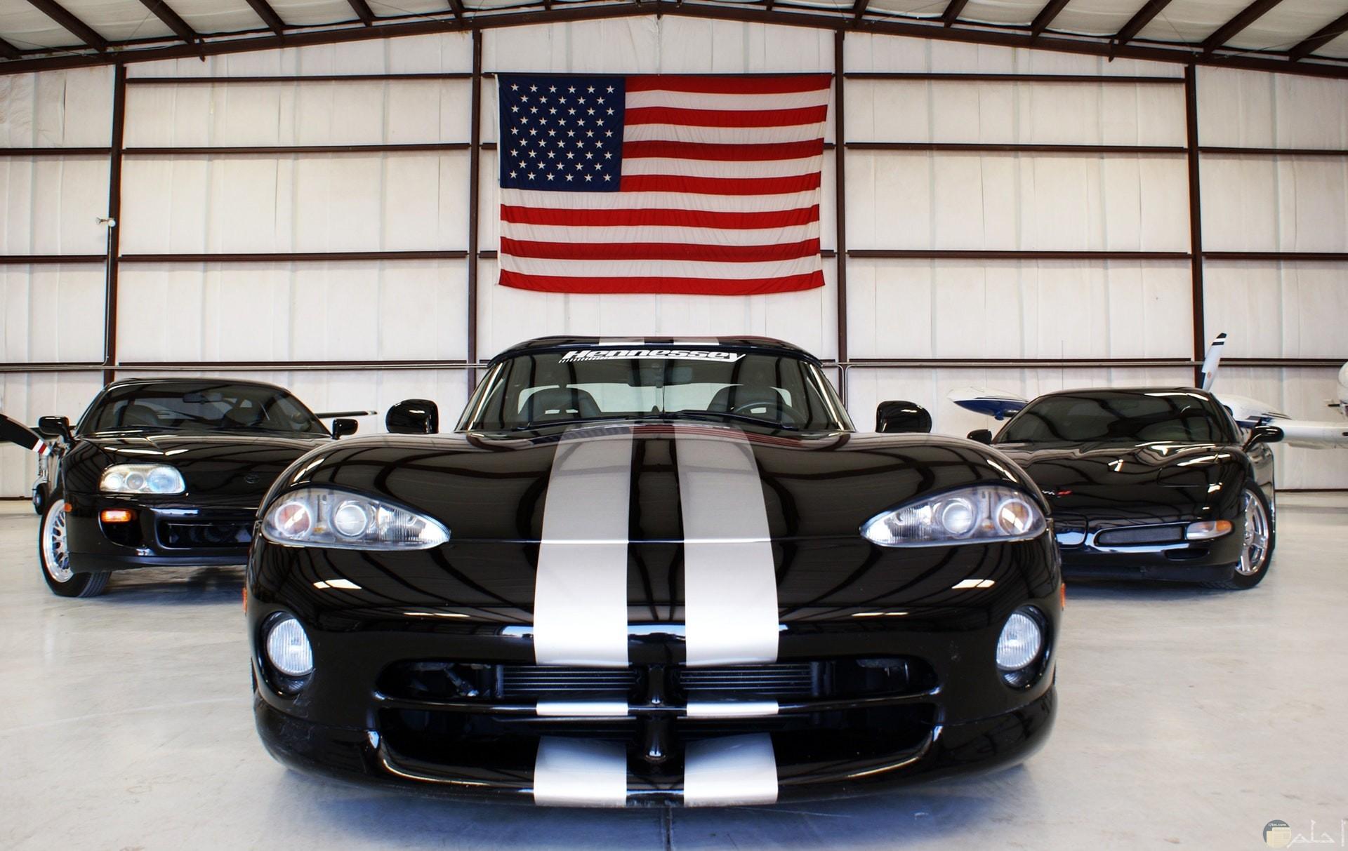 صورة مميزة لسيارة شيفورليه سوداء مع علم أمريكي معلق خلفها