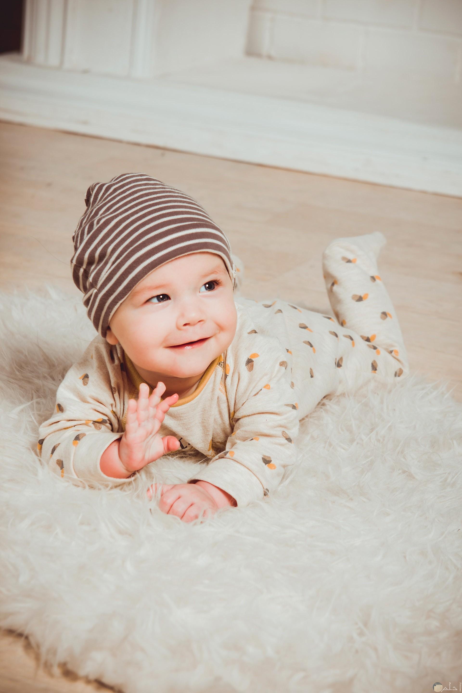 صورة مميزة لطفل صغير بتعابير وجة جميلة علي الأرض