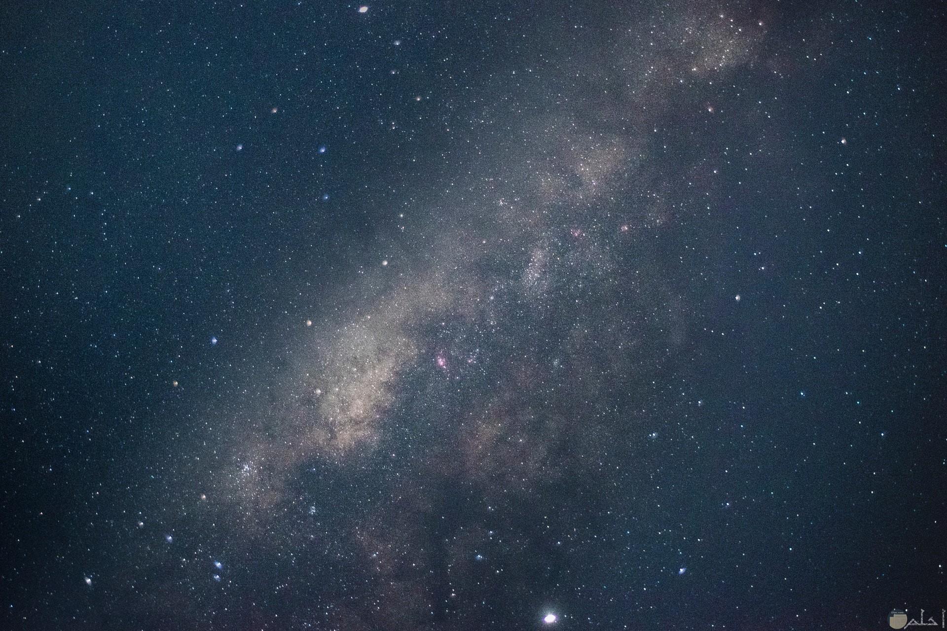 صورة مميزة للفضاء الخارجي مع النجوم المضيئة كخلفية جميلة للهاتف