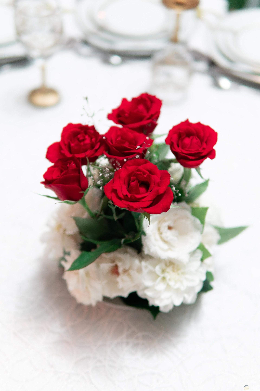 صورة مميزة لورد أبيض وأحمر معا بشكل جميل جدا بجانبهم كئوس ماء