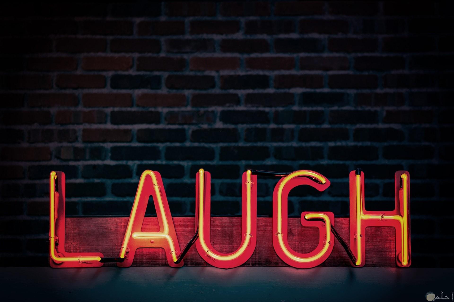 صورة مميزة مكتوب عليها ضحك بالإنكليزية بشكل جميل ومنيرة باللون الأحمر مع خلفية حلوة