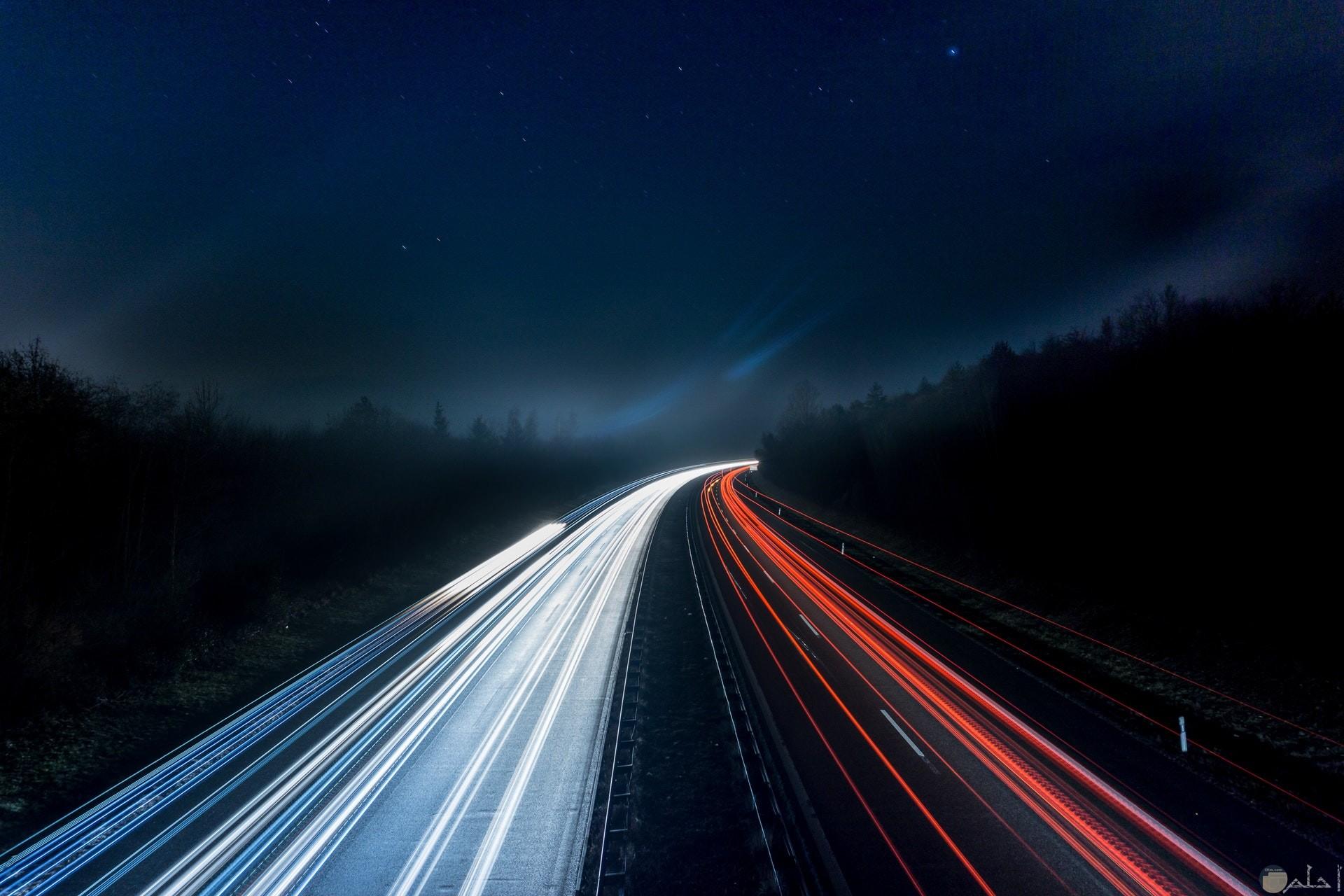 صور خلفيات جميلة للهاتف للشباب بها طريق مع أضواء حمراء وبيضاء وقت الليل