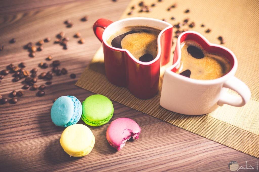 صور رومانسية مميزة لكوبين باللون الأحمر والوردي علي شكل قلب جميل مع قطع حلوي بجانبها