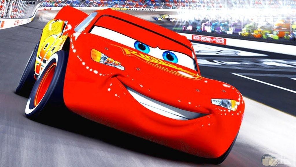 صورة سيارة سباق باللون الاحمر