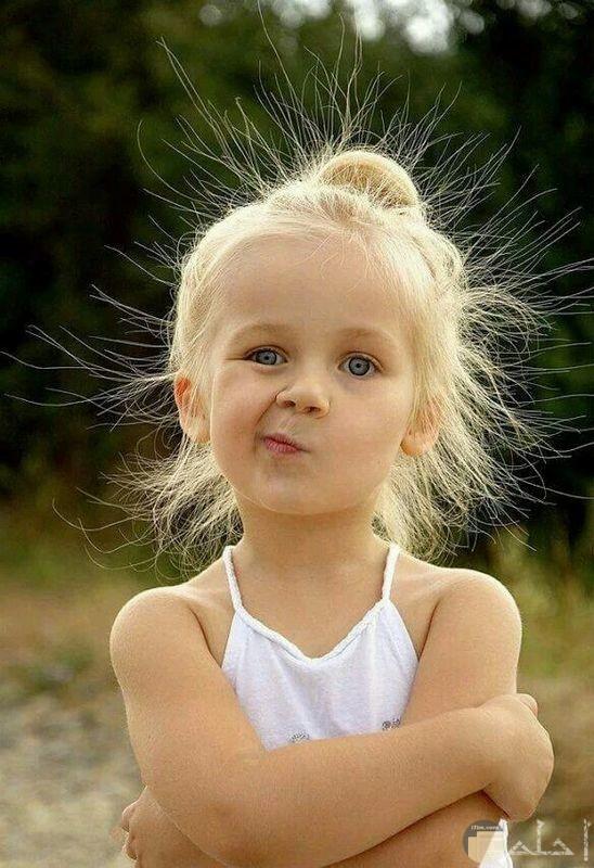 طفلة جميلة مع تعبير مضحك