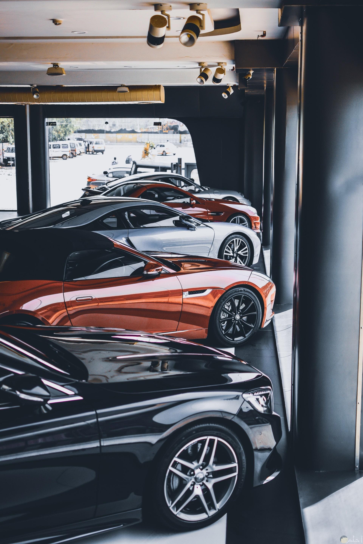 مجموعة مميزة من السيارات الفخمة المتراصة بجانب بعضها بألوان مختلفة
