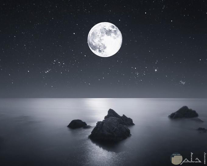 صور لجمال القمر أسود وأبيض