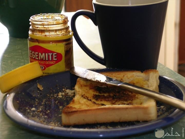 قطعه خبز ومربي والقهوة