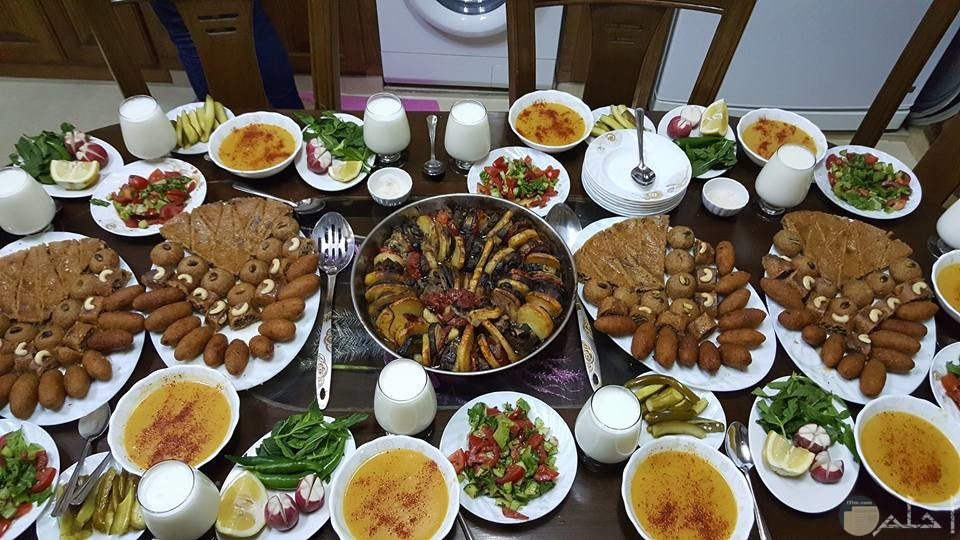 وجبة شهية من المشويات والفراخ