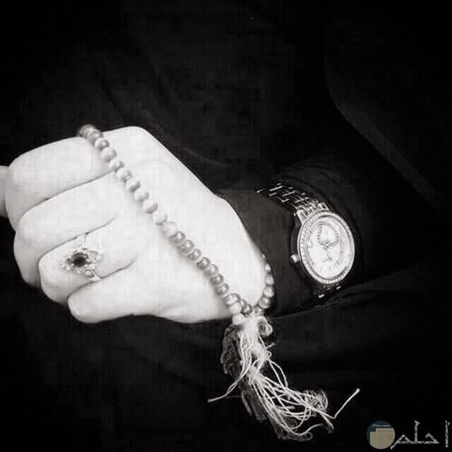 يد بها خاتم وسبحه صلاه وساعه