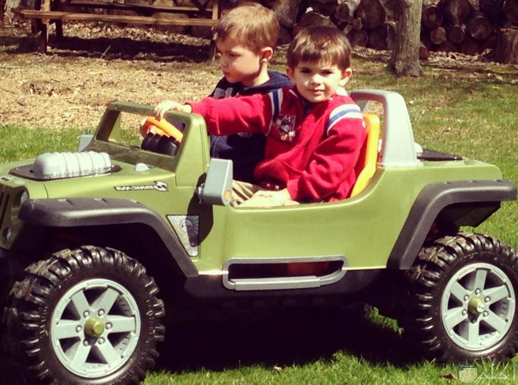 سيارة اطفال لونها اخضر