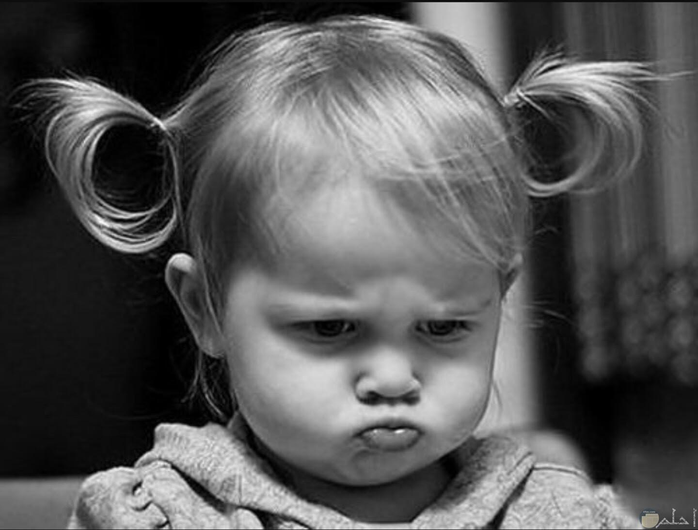 بنوتة غضبانة وحزينة جدا