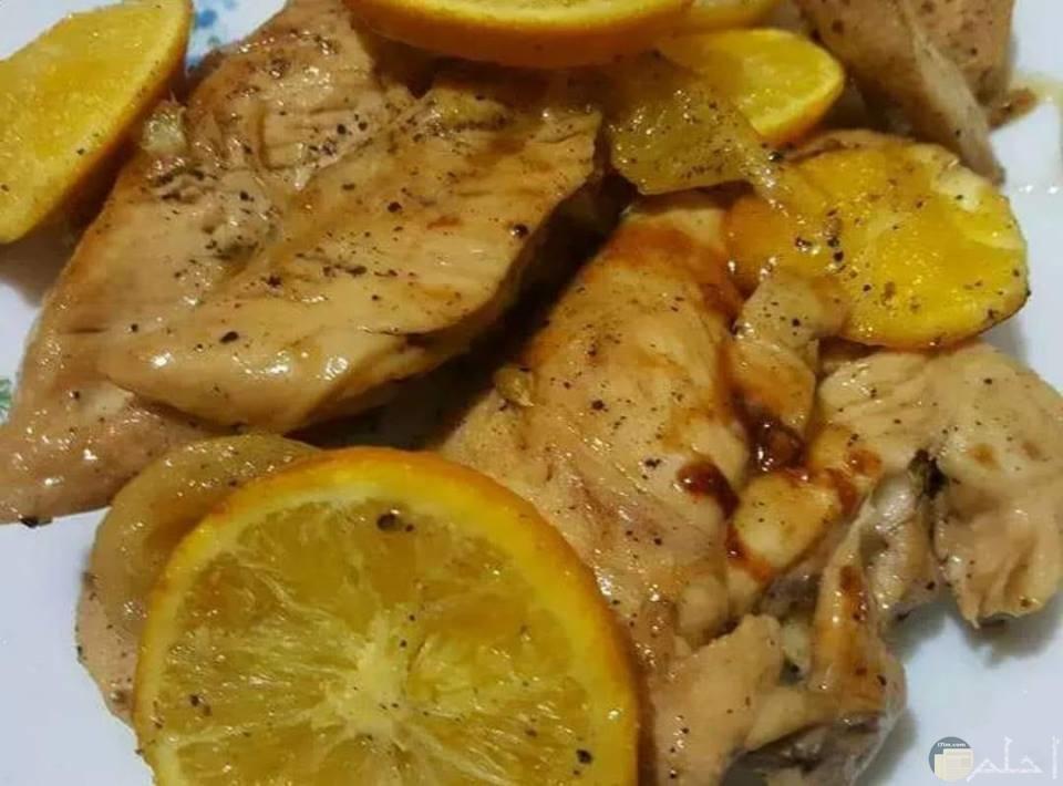 لحم مقطع بالصوص مع شرائح الليمون