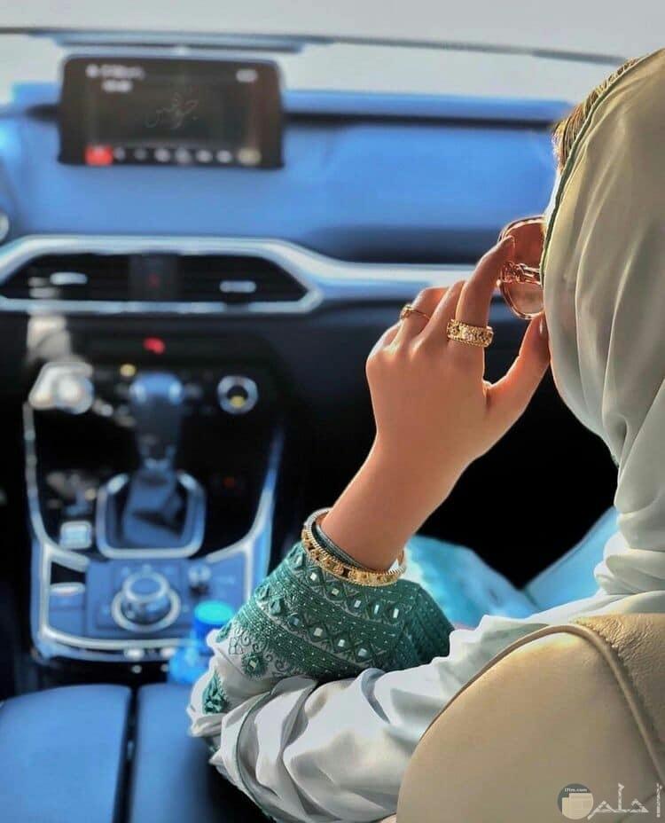 فتاه بالسياره محجبه ترتدي خاتم ونظاره شمسيه