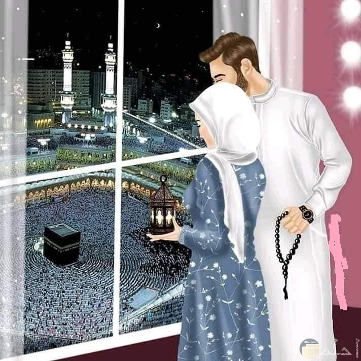 صوره كرتونيه فتاه محجبه وزوجها امام نافزه ينظرون للكعبه بيدها فانوس
