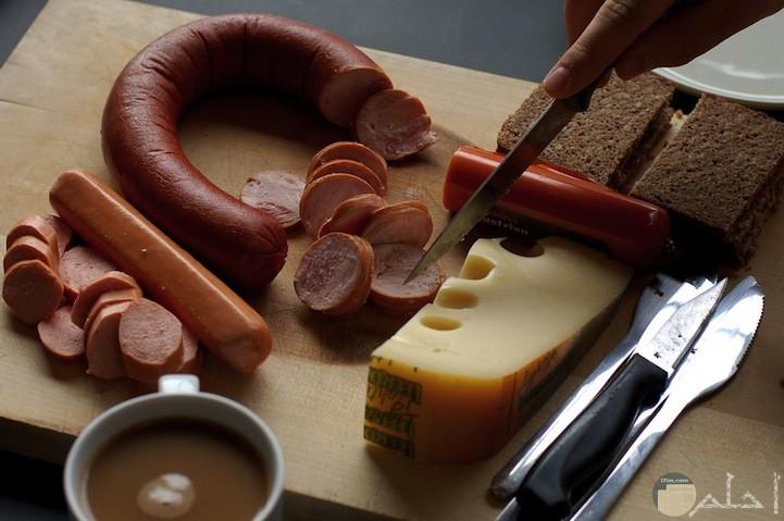 نقائق مع الجبن المحلي والخبز الطازج والقهوة