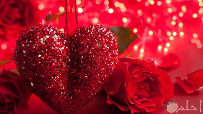 قلب احمر بجواره ورده