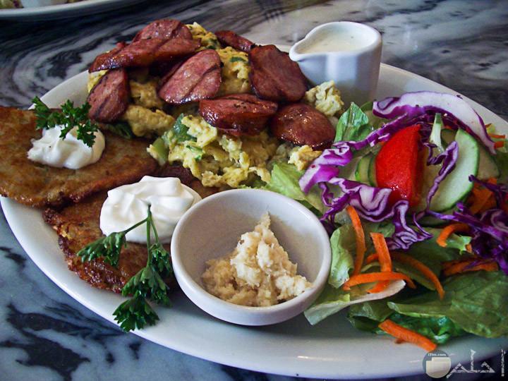 وجبه الفطار من البيض وفطائر البطاطس وشرائح وشرائح النقائق وخضروات طازجه جزر وكرفس وطماطم