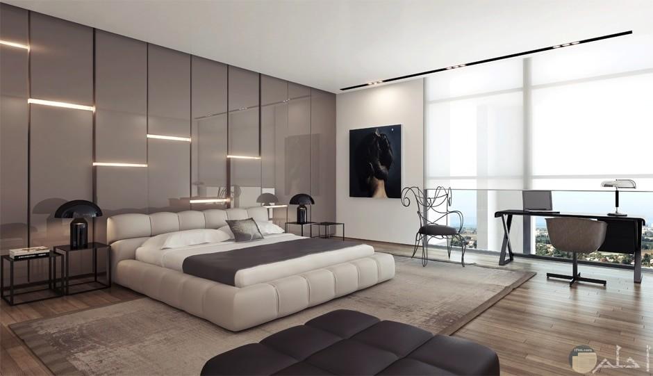 جدار به ديكور مميز واضاءة رائعة لغرف النوم
