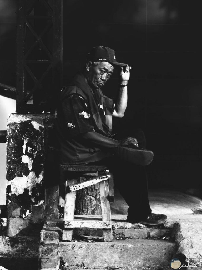 صورة شخص يجلس علي الاريكه