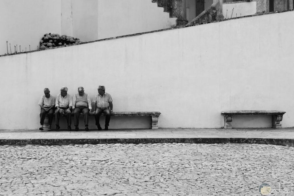صورة لمجموعة اشخاص يجلسون