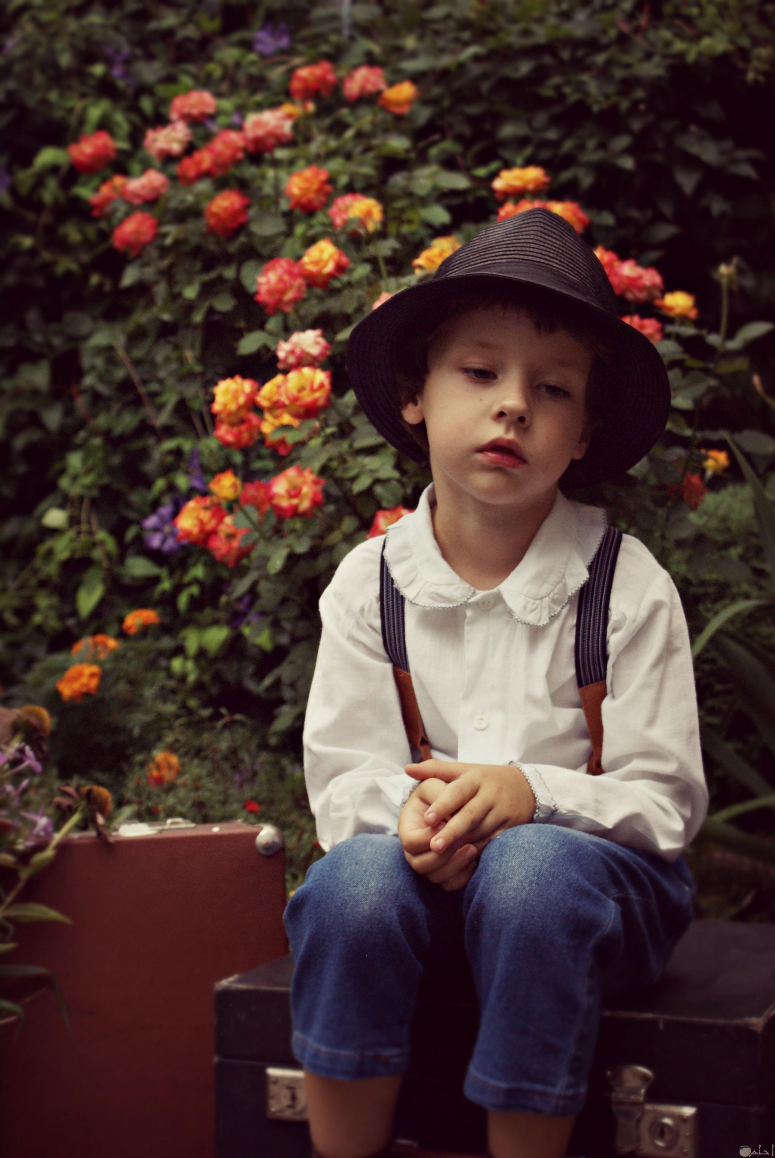 صورة طفل يجلس حزين