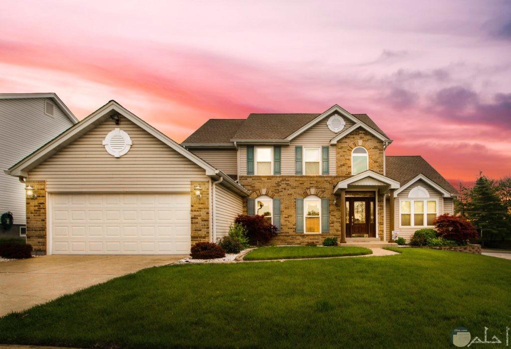 منزل رائع لونه بيج وسط الخضره