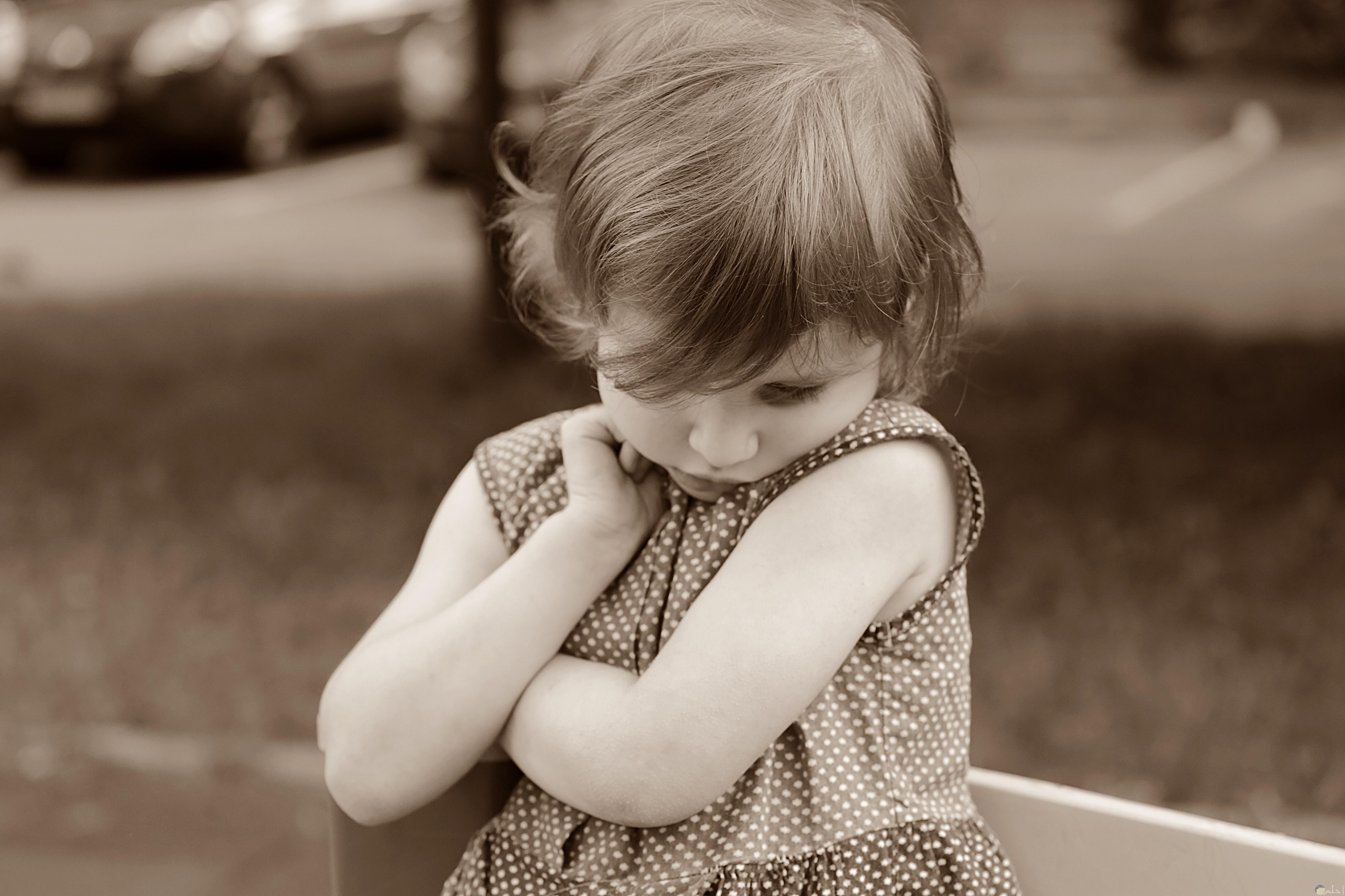 صورة طفلة حزينة