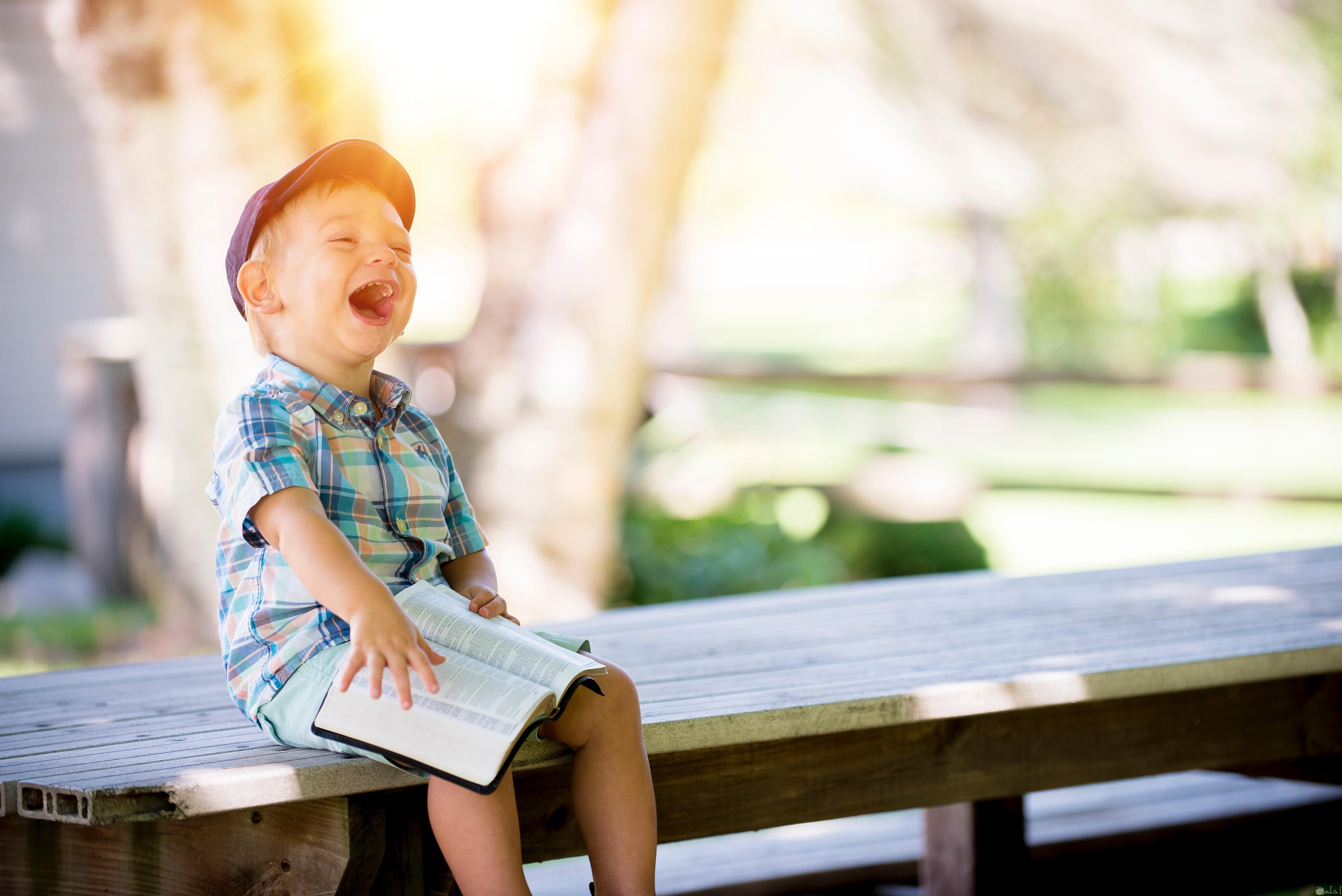 صوره طفل صغير يضحك
