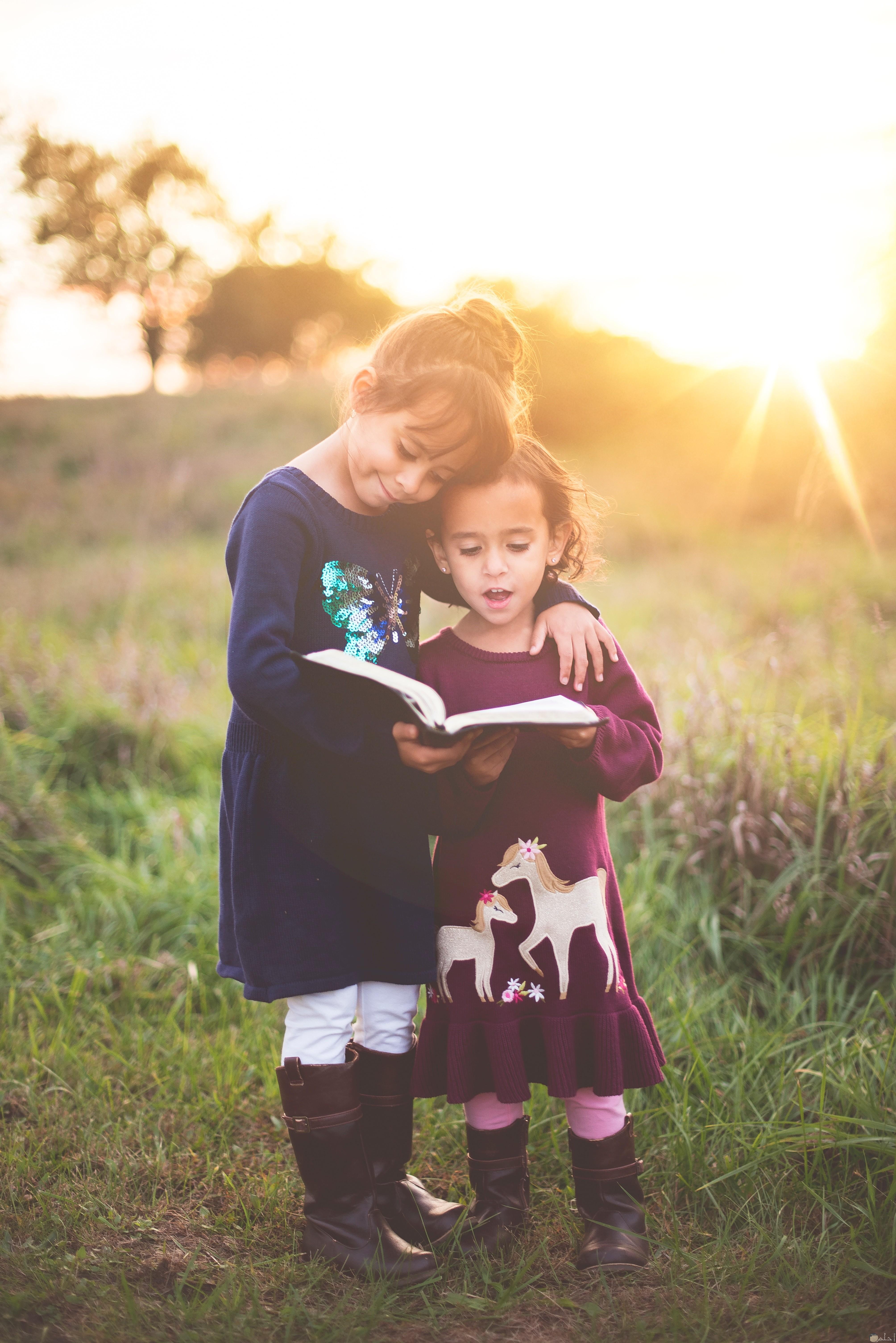 صور بتين يقرئون كتاب