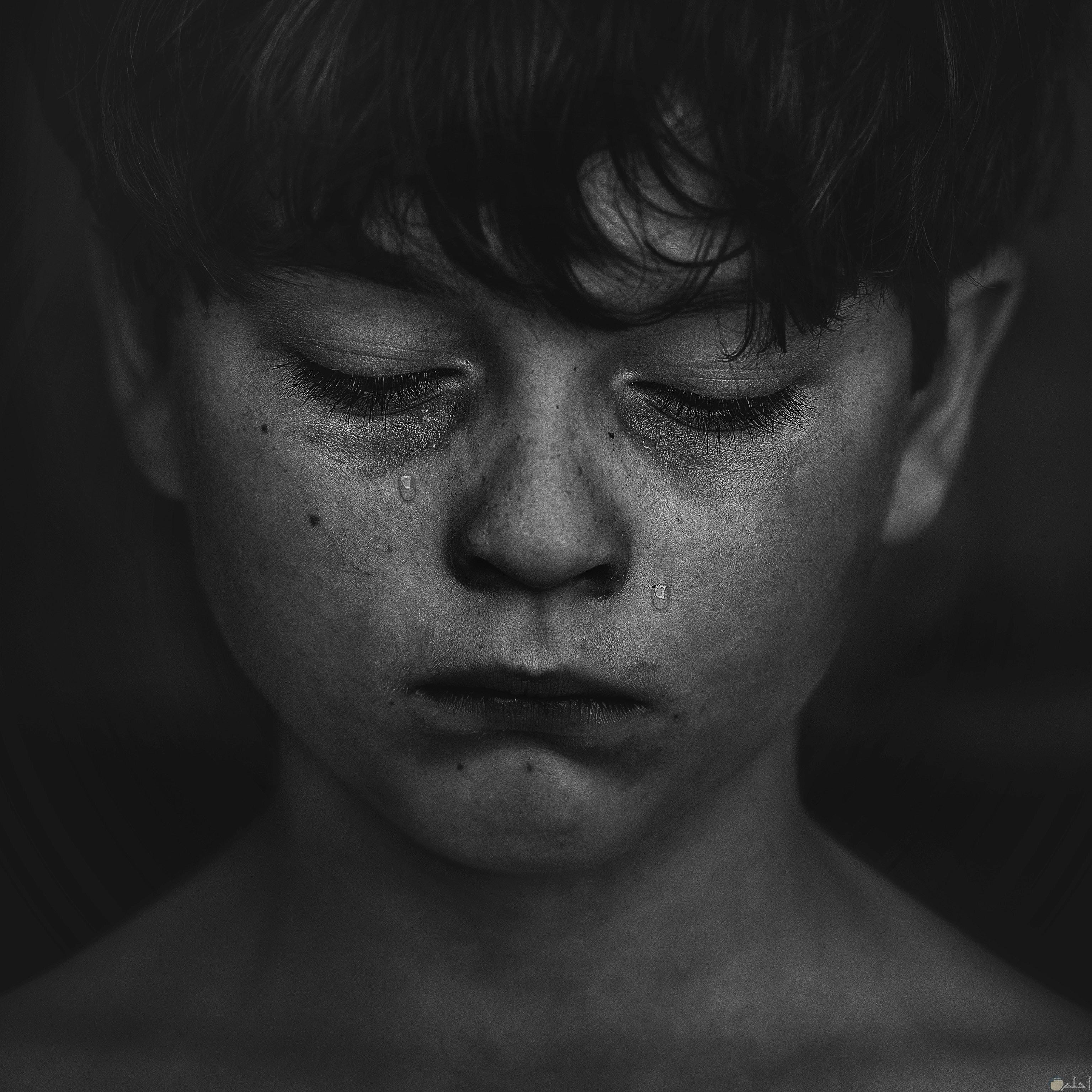 صورة طفل يبكي وحزين