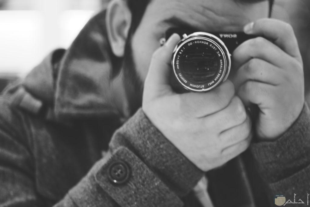 صورة لشخص يلتقط صوره بالكاميرا