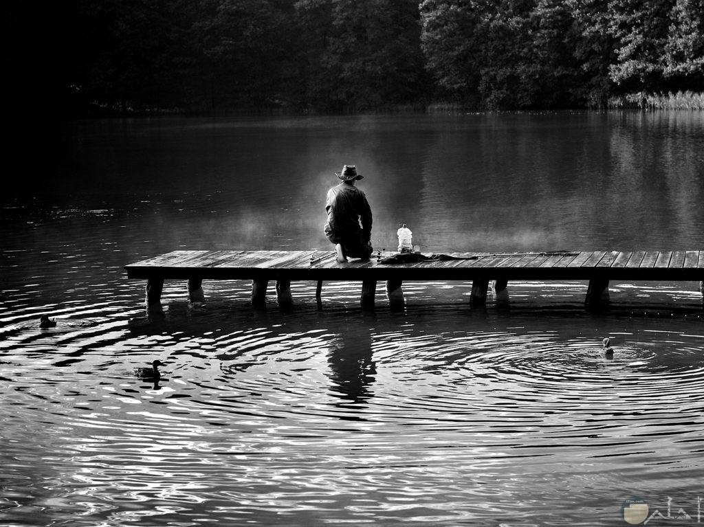 صورة شخص يجلس وسط الماء