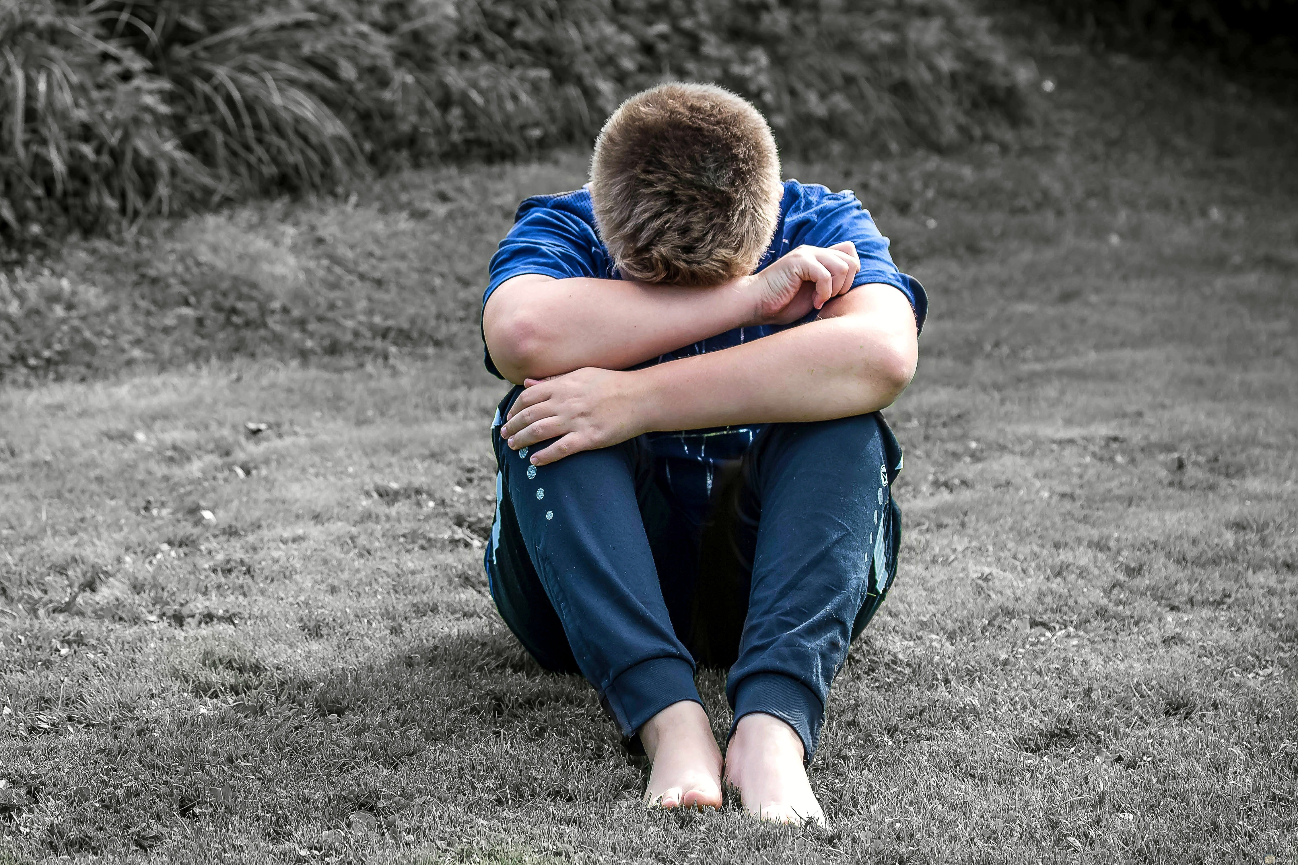 صورة طفل ولد حزين