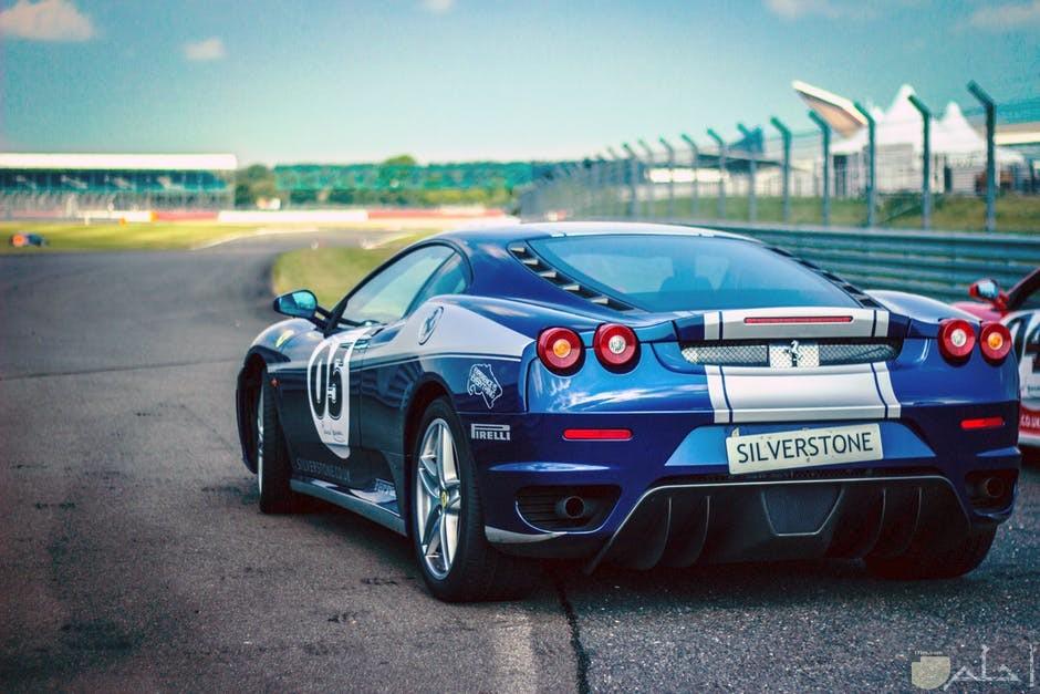 سيارة رياضية روعة باللون الازرق