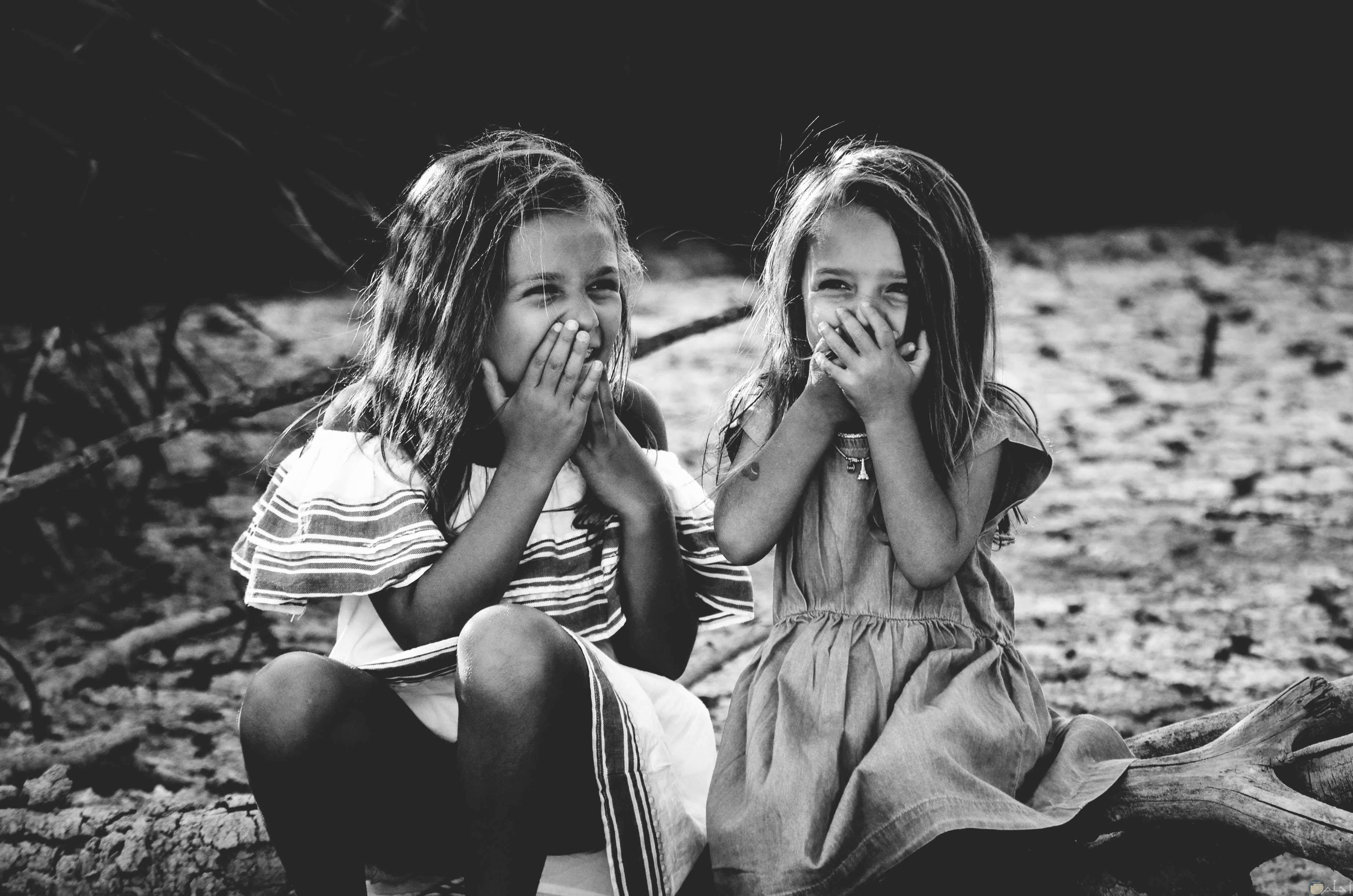 بنتين يتحدثون ويضحكون