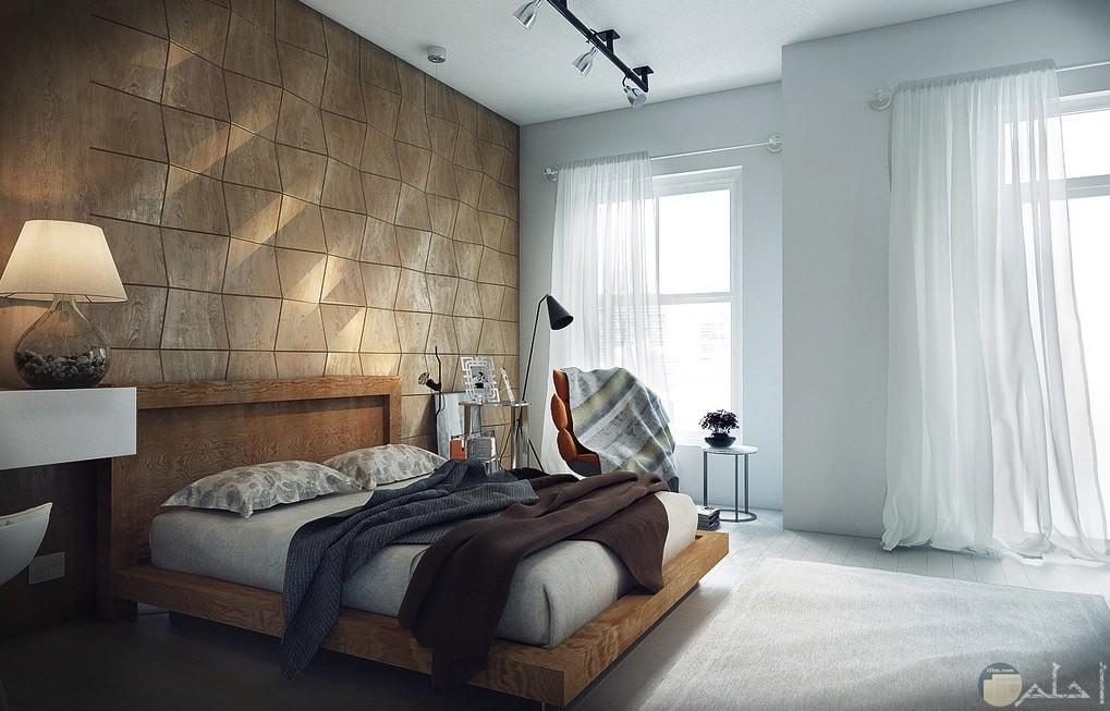 جدار بديكور حجر خلف السرير بغرفه نوم