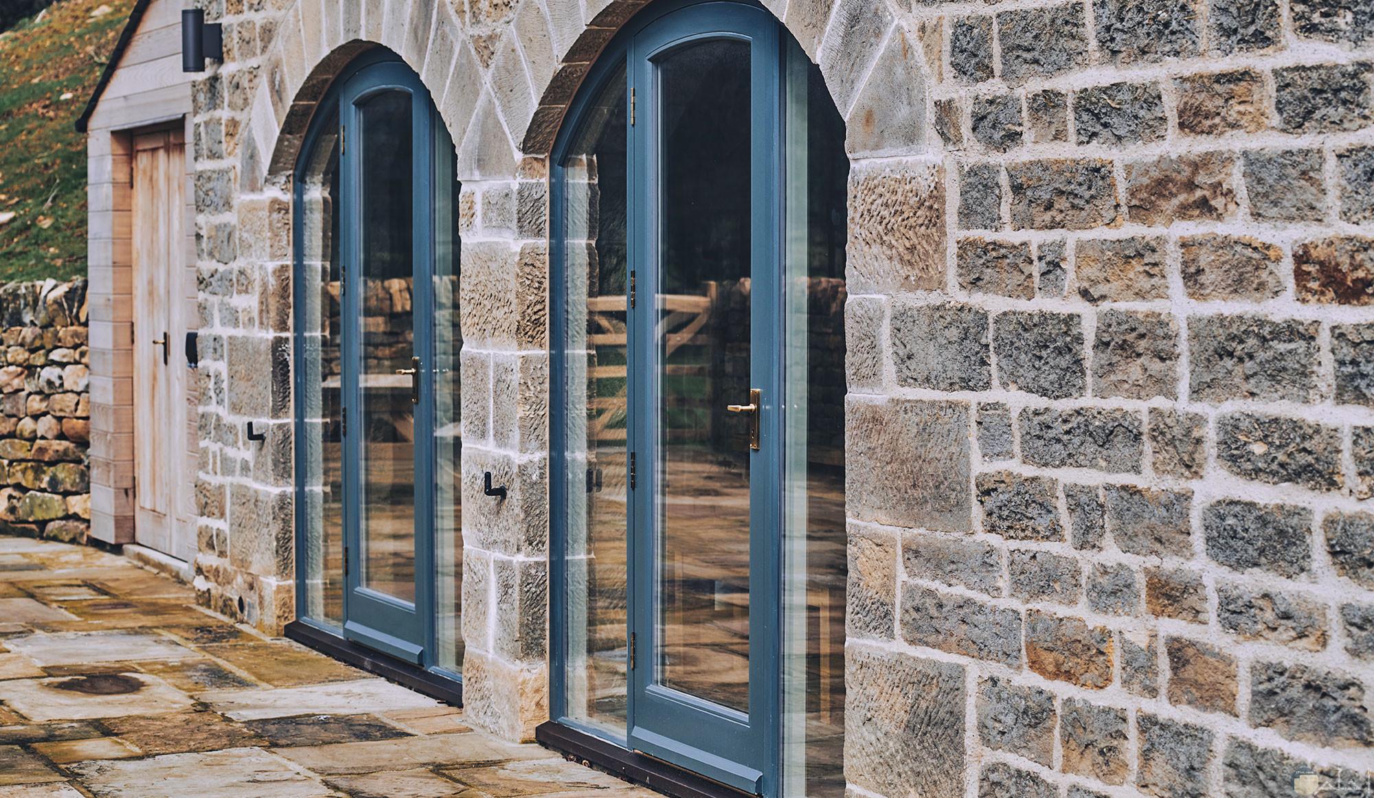 صورة باب مصنع من الخشب والزجاج راقى جدا لونة ازرق