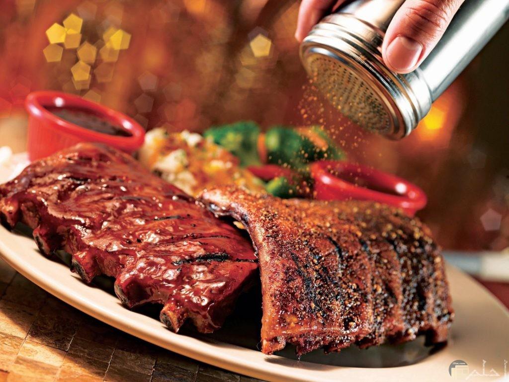 صور لحم بقري مشوي علي الفحم يضع عليه الفلفل الاسمر رائع