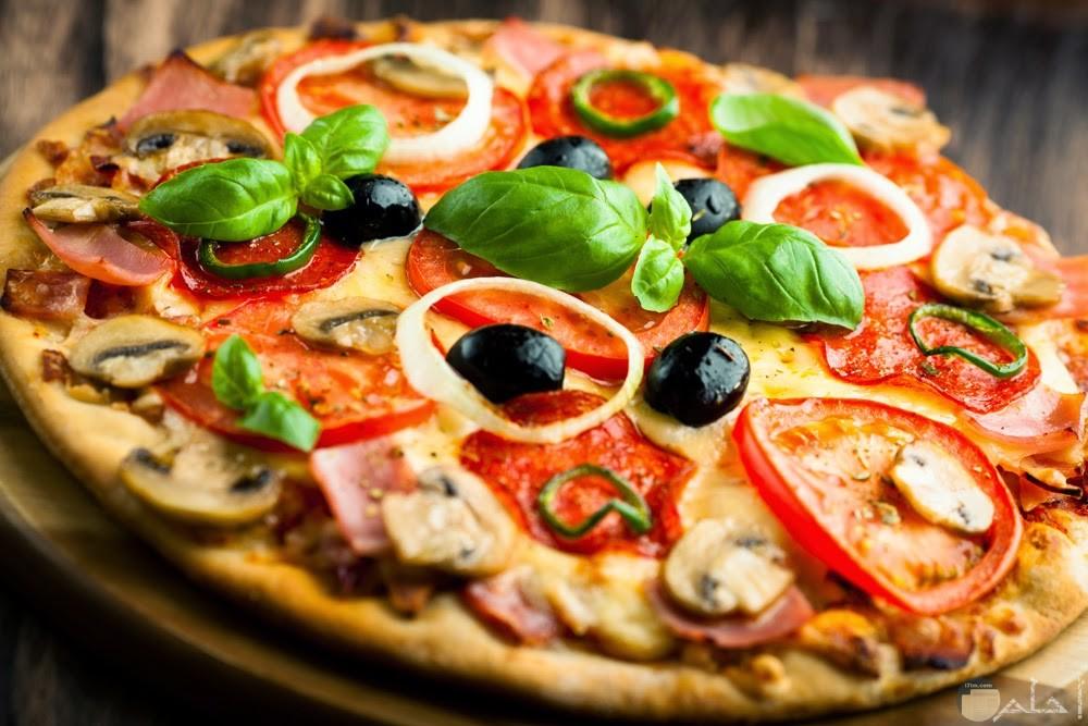 صوره بيتزا بالفلفل والزيتون اللذيذه والجبن والمشروم والطماطم