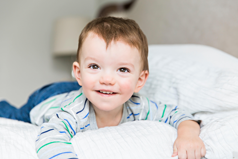 صورة طفل ملقي علي السرير