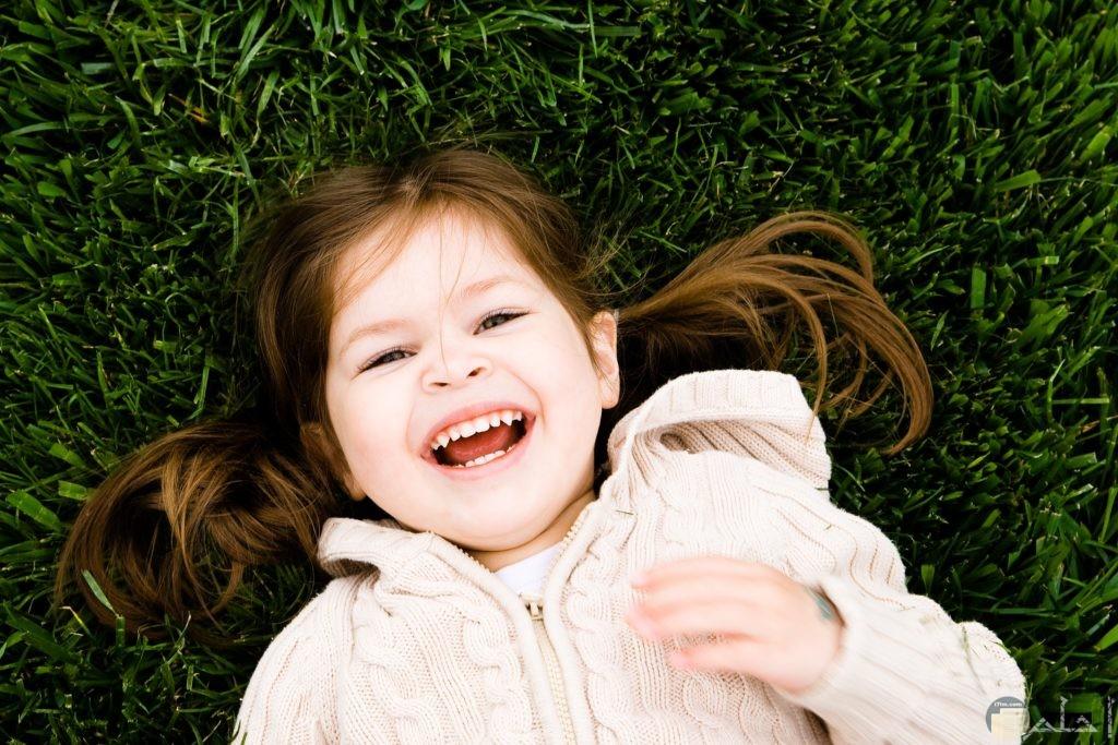 ضحكة بنت بريئة تشعر بالفرح